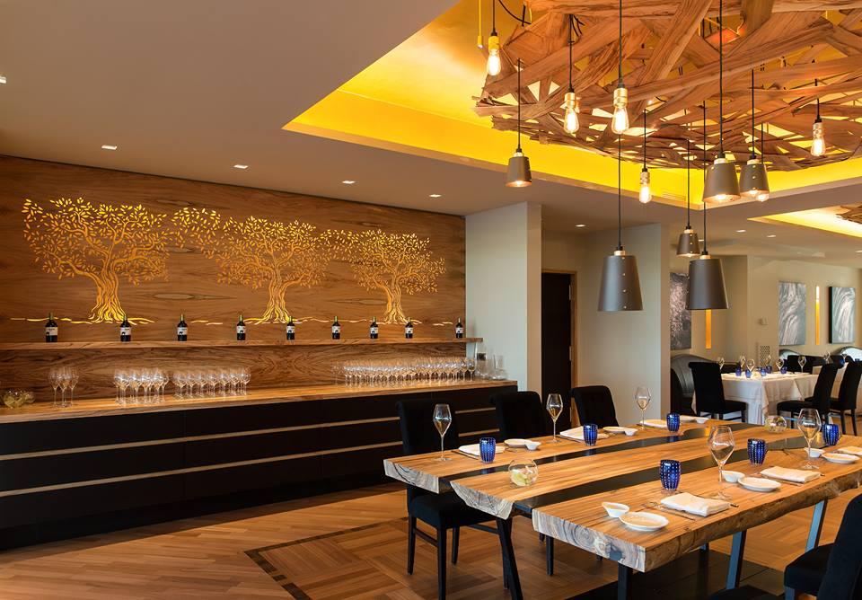 La sala-ristorante con gli arredi di design in legno d'ulivo, firmati dall'architetto Diego Granese