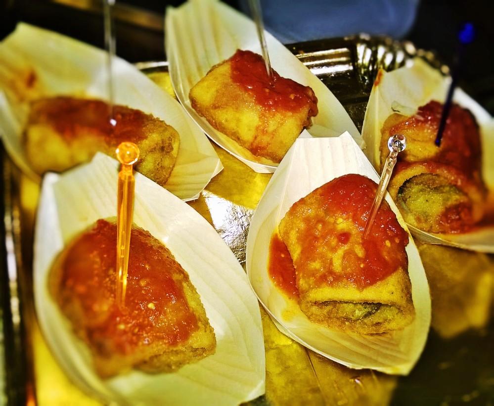 Pacchero fritto in crosta di tarallo con alici e provola su pomodoro San Marzano.